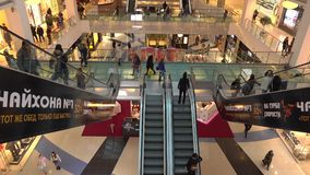 MOSCOU, RÚSSIA - FEVEREIRO, 28, 2017 Escadarias moventes e lojas da metrópole moderna do shopping vídeo 4K vídeos de arquivo