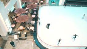 MOSCOU, RÚSSIA - FEVEREIRO, 27, 2017 O café e a patinagem no gelo rink no shopping moderno Vegas Imagens de Stock Royalty Free