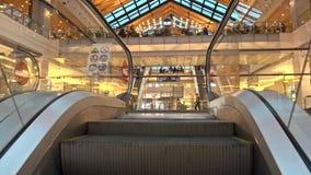 MOSCOU, RÚSSIA - FEVEREIRO, 28, 2017 Praça da alimentação e lojas da metrópole moderna do shopping vídeo 4K vídeos de arquivo