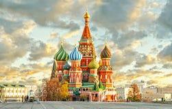 MOSCOU, RÚSSIA, ideia do cartão do quadrado vermelho e ST MANJERICÃO cahtedral fotografia de stock royalty free