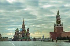 Moscou/Rússia - 04 2019: Ideia do quadrado vermelho com a catedral da manjericão do St e a torre do Spassky do Kremlin fotos de stock royalty free