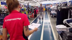 Moscou, Rússia - julho 22 2017 O adolescente do menino monta em rolos na loja Sportmaster filme