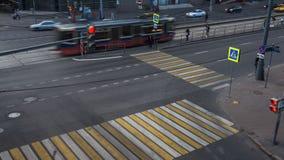 Moscou; Rússia, julho-quinto-Dois mil dezesseis anos; estrada transversaa vívida na noite do dia de trabalho, filme