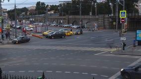 Moscou; Rússia, julho-sexto-Dois mil dezesseis anos; estrada transversaa vívida próximo três quadrados na estação de trem grande filme