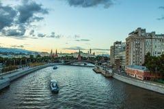 Moscou/Rússia - julho, vista panorâmica do verão Moscou Rússia e o rio com barcos de prazer imagens de stock royalty free