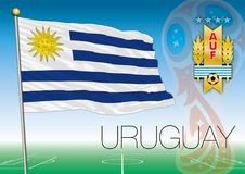 MOSCOU, RÚSSIA, junho-julho de 2018 - Rússia logotipo de 2018 campeonatos do mundo e a bandeira de Uruguai Fotos de Stock