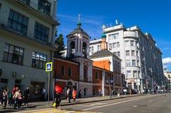 Moscou, Rússia, junho, 20 2017: Vista da rua histórica de Maroseyka perto da estação de metro Kitay-gorod Fotografia de Stock