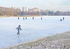 MOSCOU, RÚSSIA: Lago school em Zelenograd imagens de stock