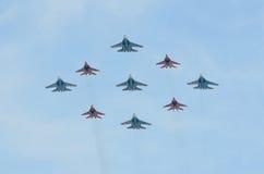 Moscou, Rússia, maio, 09,2015, cena do russo: Aviões do voo sobre o quadrado vermelho Imagens de Stock Royalty Free