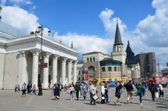 Moscou, Rússia, maio, 19, 2017 Muitos povos na frente da entrada do ` de Komsomolskaya do ` da estação de metro e da construção d Imagem de Stock