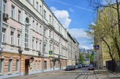 Moscou, Rússia, maio, 19, 2017 Pista de Furmanny, 3-5 Casas rentáveis de A g Gerasimov 1899, arquiteto N d Butusov, 1897, arco Fotografia de Stock Royalty Free
