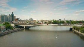 MOSCOU, RÚSSIA - MAIO, 24, 2017 Tiro aéreo da baixa altura de um rio dentro da área industrial e de uma ponte do carro Imagem de Stock Royalty Free