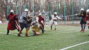 Moscou, Rússia - novembro 17,2018 Cavaleiros medievais que lutam com espadas e protetores filme