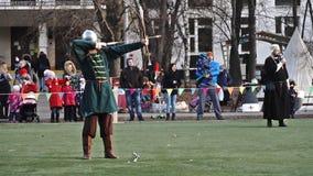 Moscou, Rússia - novembro 17,2018 O arqueiro medieval dispara em uma seta de uma curva video estoque