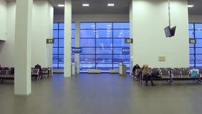 MOSCOU, RÚSSIA - NOVEMBRO, 25, 2016 Vídeo do aeroporto de Zhukovsky de lojas novas com isenção de direitos, sala de estar de espe video estoque