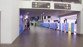 MOSCOU, RÚSSIA - NOVEMBRO, 25, 2016 vídeo 4K do aeroporto de Zhukovsky de lojas novas com isenção de direitos video estoque