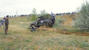 Moscou, Rússia o 9 de junho: Raça de SUVs na sujeira Motorista que compete em uma competição 4x4 fora de estrada SUV que conduz a Foto de Stock