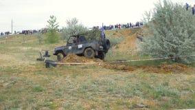 Moscou, Rússia o 9 de junho: Raça de SUVs na sujeira Motorista que compete em uma competição 4x4 fora de estrada SUV que conduz a Fotos de Stock