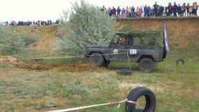 Moscou, Rússia o 9 de junho: Raça de SUVs na sujeira Motorista que compete em uma competição 4x4 fora de estrada SUV que conduz a Imagem de Stock Royalty Free