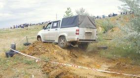 Moscou, Rússia o 9 de junho: Raça de SUVs na sujeira Motorista que compete em uma competição 4x4 fora de estrada SUV que conduz a Imagens de Stock