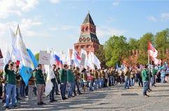 Moscou, Rússia, o 1º de maio de 2014, cena de Rússia: Os povos participam na demonstração do primeiro de maio no quadrado vermelh Imagens de Stock