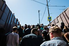 Moscou, Rússia, o 9 de maio de 2018: uma multidão de povos que saem do metro fotografia de stock
