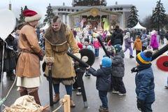 Moscou, Rússia, o 12 de março de 2016, luta cômica durante o celebratio Fotos de Stock Royalty Free