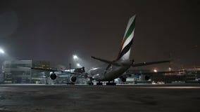 MOSCOU, RÚSSIA, O 11 DE NOVEMBRO DE 2016: Emirados A380 da linha aérea Airbus é estacionado no aeroporto de Domodedovo Espera dos video estoque