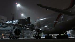 MOSCOU, RÚSSIA, O 11 DE NOVEMBRO DE 2016: Emirados A380 da linha aérea Airbus é estacionado no aeroporto de Domodedovo Espera dos filme