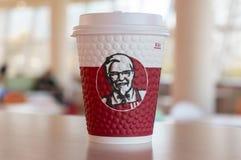 Moscou, Rússia, o 11 de outubro de 2018: Café nos copos de papel com logotipo de KFC na tabela em KFC fotografia de stock