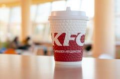 Moscou, Rússia, o 11 de outubro de 2018: Café nos copos de papel com logotipo de KFC na tabela em KFC imagem de stock