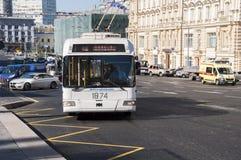 Moscou, Rússia 21 09 2015 O ônibus bonde chega na parada do ônibus na rua do teatro Fotografia de Stock