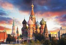 Moscou, Rússia - opinião de quadrado vermelho da catedral do ` s da manjericão do St no sol fotografia de stock