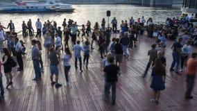 Moscou; Rússia, pessoa dança na terraplenagem do rio de Moscou video estoque