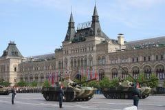 Moscou, Rússia - podem 09, 2008: celebração da parada de Victory Day WWII no quadrado vermelho Passagem solene do equipamento mil Imagens de Stock