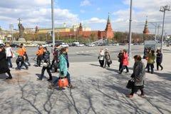 MOSCOU, RÚSSIA - PODEM, 13 2017: Rua de passeio no Kremlin em Mosc Imagens de Stock