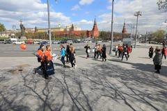 MOSCOU, RÚSSIA - PODEM, 13 2017: Rua de passeio no Kremlin em Mosc Imagens de Stock Royalty Free