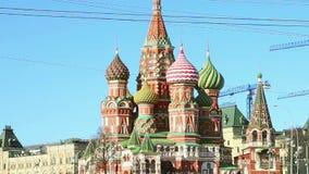 Moscou, Rússia, quadrado vermelho, catedral da intercessão da maioria de Theotokos santamente no templo do fosso do da manjericão vídeos de arquivo