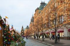 Moscou, Rússia, quadrado vermelho da decoração do Natal em Moscou gum fotografia de stock