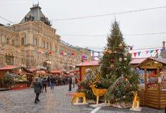 Moscou, Rússia, quadrado vermelho da decoração do Natal em Moscou gum imagens de stock