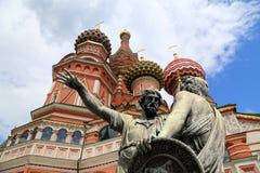 Moscou, Rússia, quadrado vermelho, templo da manjericão o monumento abençoada, de Minin e de Pojarsky Imagem de Stock