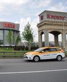 MOSCOU, RÚSSIA - 29 05 2015 Táxi de Moscou que viaja em Moscou Ring Road Imagens de Stock Royalty Free