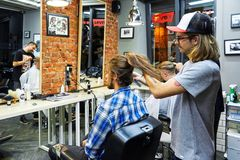 Moscou, Rússia, 06 05 2018: um homem sério que olha à câmera quando seu cabelo longo for eliminado para um fundraiser do câncer fotos de stock