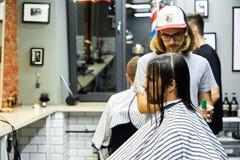 Moscou, Rússia, 06 05 2018: um homem sério que olha à câmera quando seu cabelo longo for eliminado para um fundraiser do câncer imagem de stock royalty free