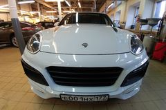 Moscou, R?ssia - 19 de abril de 2019: Porsche Cayenne branco no jogo largo do corpo do magnum de TechArt Suportes no centro de se fotos de stock