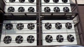 MOSCOU, R?SSIA - 30 de maio de 2019: Girando as l?minas do condicionador de ar Sistema de condicionamento de ar industrial editor filme
