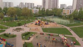 Moscou, R?ssia - 9 de maio 2019 Grande campo de jogos em Zelenograd filme