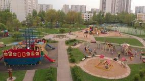 Moscou, R?ssia - 9 de maio 2019 Grande campo de jogos em Zelenograd video estoque