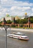 Moscou-rio, navio e o palácio grande do Kremlin, Rússia Imagem de Stock Royalty Free