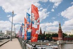 MOSCOU, RISSUA - juin 2018 bleu et drapeaux de ondulation rouges avec le logo et le symbole officiels de la coupe du monde 2018 l Images libres de droits